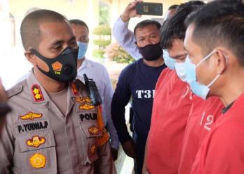Kapolres Tanjung Balai AKBP Putu Yudha Prawira SIK menginterogasi ketigas pelaku pencurian anak