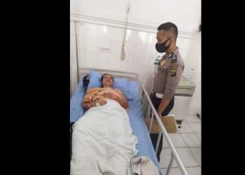 Personil Unit Laka melihat kondisi luka Nurainun Boru Lubis di rumah sakit