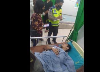 Personil Unit Laka melihat kondisi Junior Prima Simatupang mengalami luka di rumah sakit