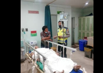 Personil Unit Laka melihat kondisi Pelajar SMA Paulus Halomoan Pardede mengalami luka berat di RS Vita Insani