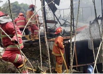 Tim Petugas Damkar Siantar saat berusaha memadamkan kobaran api