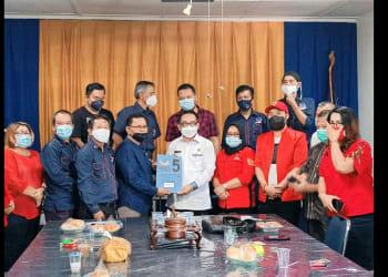 Astronout Nainggolan menyerahkan berkas pendaftaran kepada Ketua DPD Partai NasDem Siantar Frans Herbet Siahaan