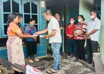 Pangulu Nagori Simbolon Tengkoh Cardo Efendi Saragih berikan tali asih kepada dua warga terkena musibah rumah terbakar