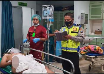 Personil Unit Laka melihat kondisi Aditya Yarman Saragih yang luka berat diruangan IGD RS Vita Insani