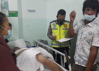 Personil Unit Laka melihat kondisi Darwin Girsang di rumah sakit