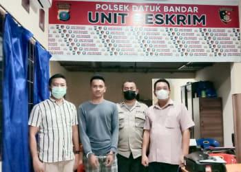 Pelaku M. Alfarid Marpaung alias Tondi diapit Polisi