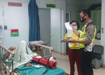 Personil Unit Laka melihat kondisi Topel Simamora di RS Vita Insani