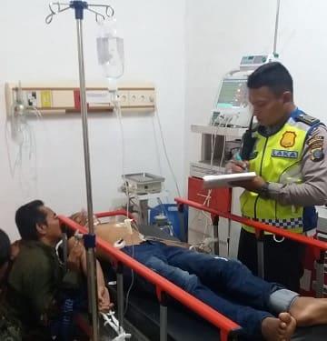 Personil Piket Unit Laka melihat kondisi Dika diruangan IGD RSUD dr Djasamen Saragih