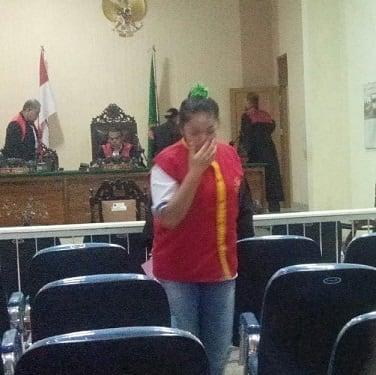 Terdakwa Celina Rizky alias Selin saat digiring kembali ke ruang tahanan setelah disidangkan
