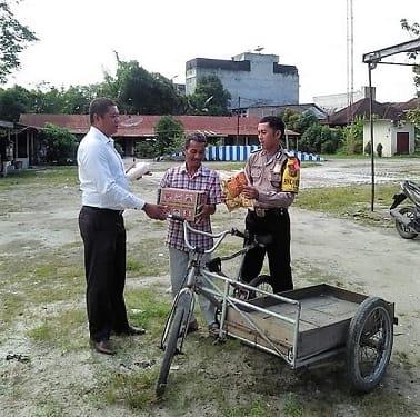 Kanit Reskrim Polsek TBS IPTU Robinson Saragih SH didampingi Bhabinkamtibmas Bripka Kuntoro berbagi tali asih kepada Bapak Darto Siagian