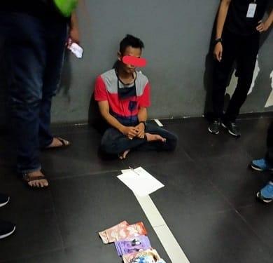 Pelaku Dedy Syahputra saat diamankan di Ruangan Lantai 2 Alfamidi