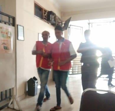 Kedua terdakwa, Sabar M Siahaan dan Frans Zagarino Siahaan digiring kembali keruang tahanan usai disidangkan