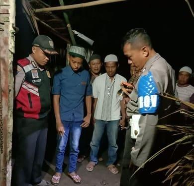 Personil Polsek Perdagangan saat mengamankan barang bukti alat tempel ban