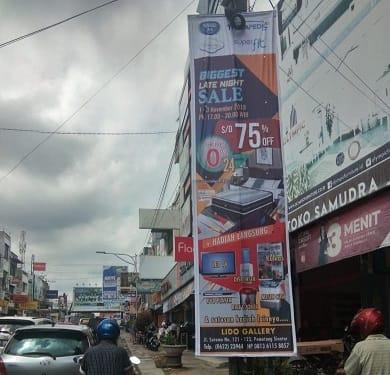 Vertikal Banner yang dipasang di tiang listrik seputaran Jalan Sutomo