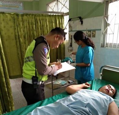 Personil Unit Laka melihat kondisi Yuniar yang kondisi luka berat diruangan IGD RS Horas Insani