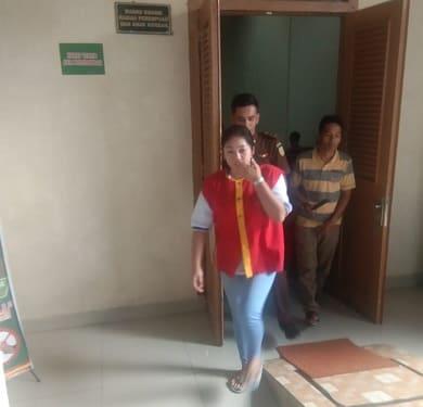 Terdakwa Celina Rizky alias Selin saat digiring kembali ke ruang tahanan usai disidangkan