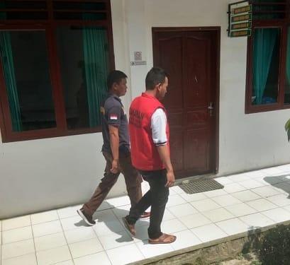 Terdakwa Aminsyah alisa Amin digiring Petugas Walta kembali ke ruang tahanan usai disidangkan