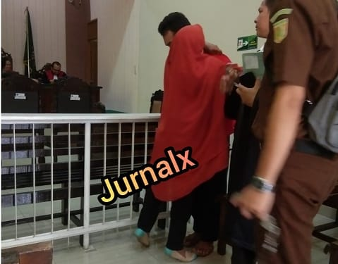 Terdakwa MAI alias Arif saat memeluk Mamaknya usai disidangkan