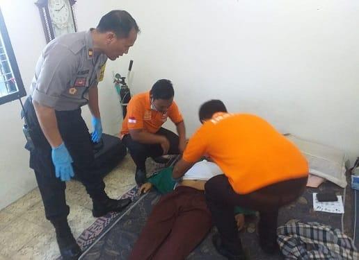 Kapolsek Siantar Selatan IPTU Rudi Panjaitan dan tim inafis saat sidik jari mayat Dolman Situmorang