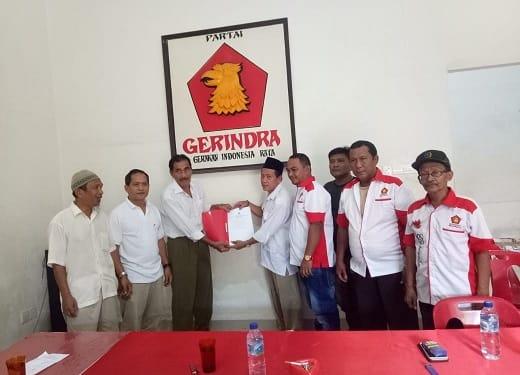 Suhibddon Sinaga saat menyerahkan berkas pendaftarannya sebagai Balon Wakil Wali Kota Tanjung Balai ke Kantor DPC Partai Gerindra