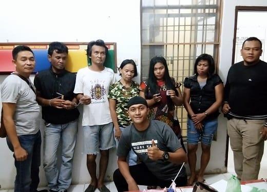 oknum bandar sabu Vera boru Marpaung dan empat rekannya menunjukkan barang bukti diapit tim opsnal Unit Reskrim Polsek Padang Hilir