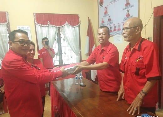 Balon Wali Kota Siantar Astronout Nainggolan didampingi isteri mengembalikan Berkas Pendaftaran Kepada Ketua Tim Penjaringan DPC PDIPerjuangan Kota Siantar Imron Togi Siregar