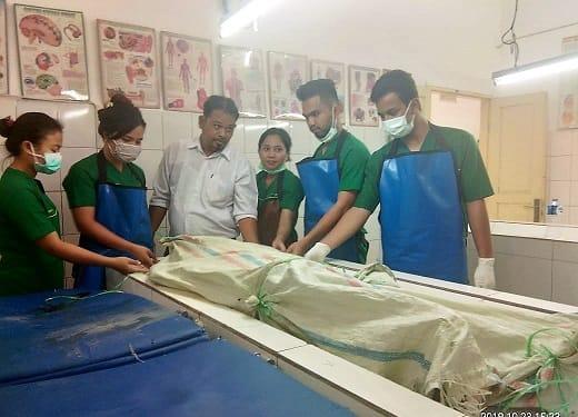 Tim Forensik RSUD dr Djasamen Saragih saat melihat mayat wanita tua didalam goni plastik