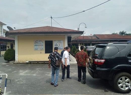 Wakil Wali Kota Siantar Togar Sitorus berjalan kearah mobilnya usai test urine di ruangan Satres Narkoba Polres Siantar