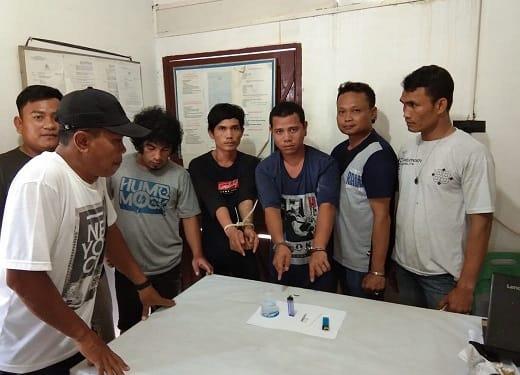 Ketiga supir angkot menunjukkan barangbukti diapir tim opsnal Unti Reskrim Polsek Bangun