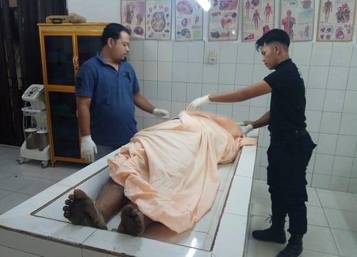 Jenajah Ir.St.Nopalindo Sitorus diperiksa Tim Forensik ruangan jenajah RSUD dr Djasamen Saragih Kota Siantar