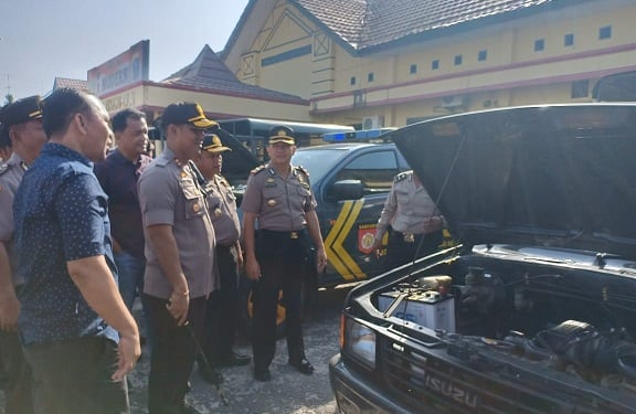 Kapolres Tanjung Balai AKBP Putu Yudha Prawira, SIK, MH saat memeriksa kendaraan dinas
