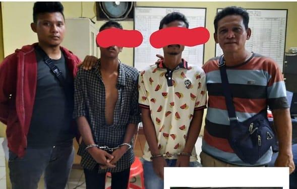 Kedua Pelaku AH alias Azwin dan NA alias Ardi alias Budi diapit Tim Opsnal Satres Narkoba serta Barang bukti
