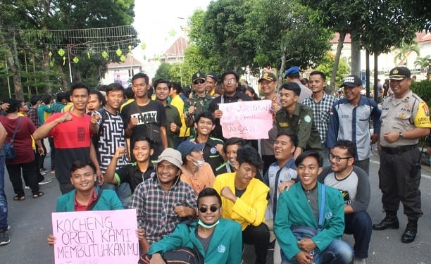 Kapolres Siantar AKBP Budi Pardamean Saragih photo bersama mahasiswa usai aksi demontrasi
