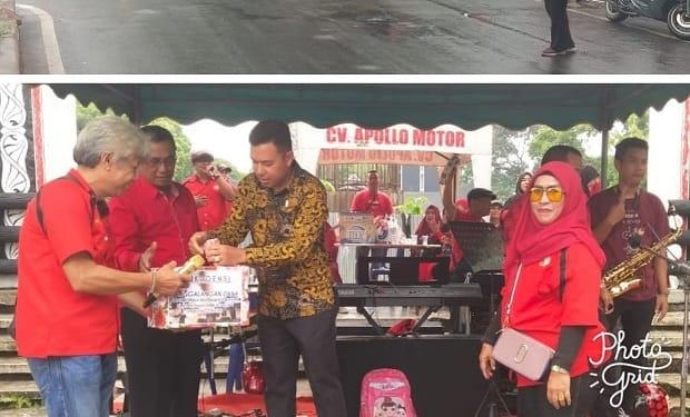 Iksoensi konser amal penggalangan dana bantu warga korban kebakaran Gang Sewu dan Manager Bank Indonesia Perwakilan Siantar, Poltak Sitanggang saat berikan bantuan dana nya.