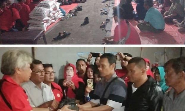 Iksoensi saat menyerahkan bantuan dana galangan Konser Amal kepada warga korban kebakaran rumah di Gang Sewu
