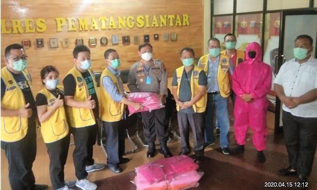 Kapolres Siantar AKBP Budi Pardamean Saragih saat menerima APD dari Pengurus Lions Club Kota Siantar