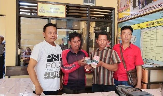 Pelaku Sugianto dan Suhar sembari tunjukkan barang bukti uang diapit tim opsnal Unit Reskrim Polsek Bangun