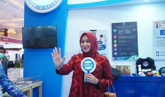 Istri Kapolri Ibu Fitri Handari Idham Azis saat berfoto selfie di stand Pameran BNN RI