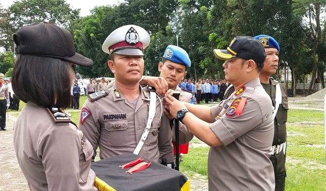Kapolres Siantar AKBP Budi Pardamean Saragih SIK, MH memasang tanda pita Ops Lilin Toba 2019 kepada perwakilan personil