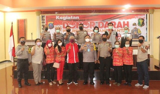 Kapolres Siantar AKBP Budi Pardamean Saragih dan jajarannya photo bersama Petugas PMI Cabang Siantar