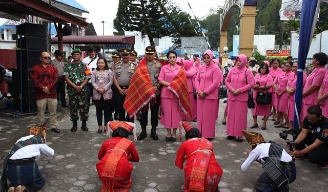 Kapolres Simalungun AKBP Heribertus Ompusunggu, SIK, MSI dan Ketua Bhayangkari Ny, Cathy Heribertus Ompusunggu saat disambut Kunker di Polsek Parapat