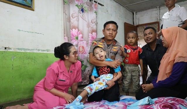 Kapolres Simalungun AKBP Heribertus Ompusunggu, SIK, MSI saat menggendong Arin Maulana