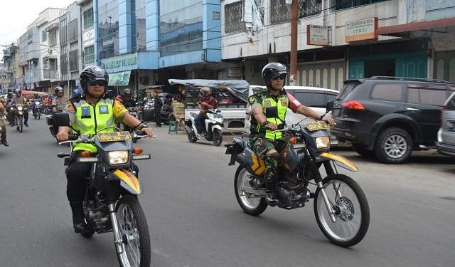 Kapolres Siantar AKBP Budi Pardamean Saragih, SIK dan Dandim 0207/Simalungun Letkol Inf. Frans Kishin Panjaitan, SAP, MAP memimpin patroli skala besar