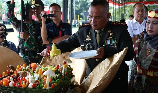 Danrem 022/PT Inf R. Wahyu Sugiarto, S.I.P., M. Han memotong nasi tumpeng HUT TNI ke 74