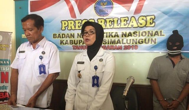 Kepala BNNK Simalungun, Kompol Suhana Sinaga dan Kasi Berantas Kompol Henry Sinaga saat press release di Kantor BNNK Siantar