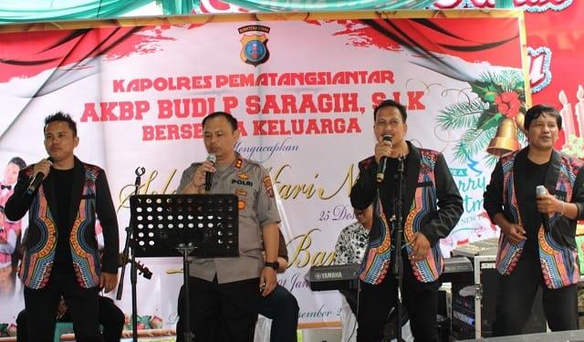 Kapolres Siantar AKBP Budi Pardamean Saragih, SIK, MH bersama Trio Larisma menghibur warga yang hadir memeriahkan Open House di Rumdis