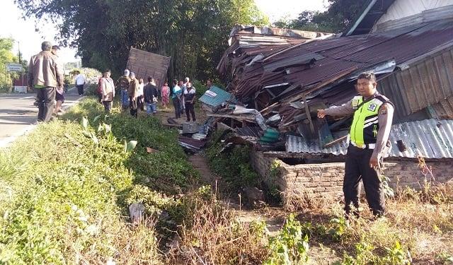 rumah warga hancur ditabrak truk tronton mitsubishi fuso