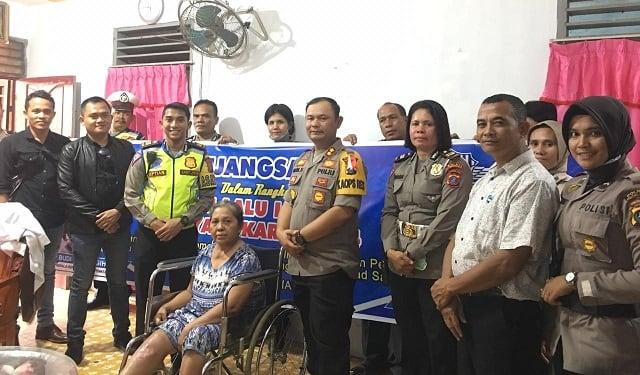 Kapolres Siantar AKBP Budi Pardamean Saragih,SIK beserta rombongan anjsana kerumah Ibu Ratna Dewi korban lakalantas