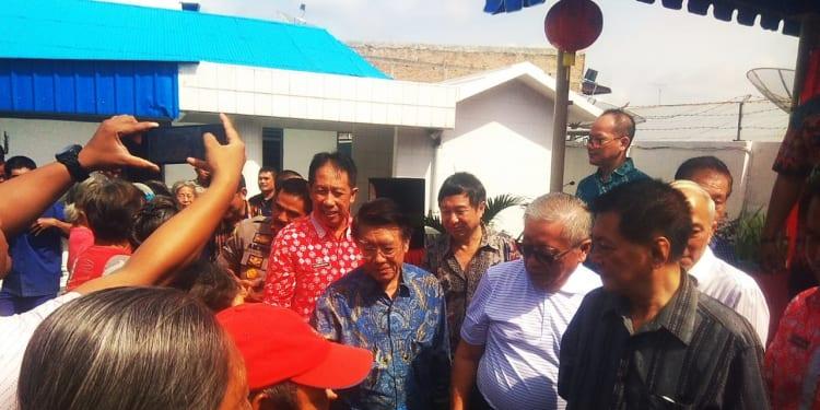 Ketua Dewan Pembina YBKS, Edwin Bingei secara simbolis menyerahkan bantuan. (Foto: Gunawan Purba)