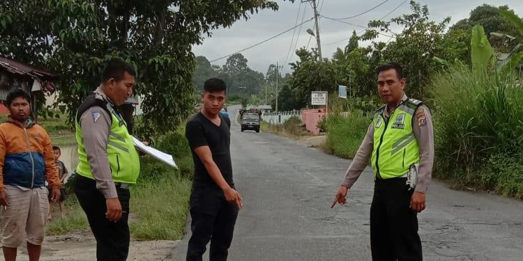 Personil Unit Laka Sat Lantas Polres Simalungun melakukan olah TKP